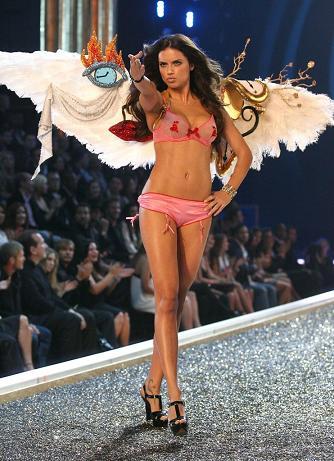Adriana en el desfile de Victoria's Secret 2007